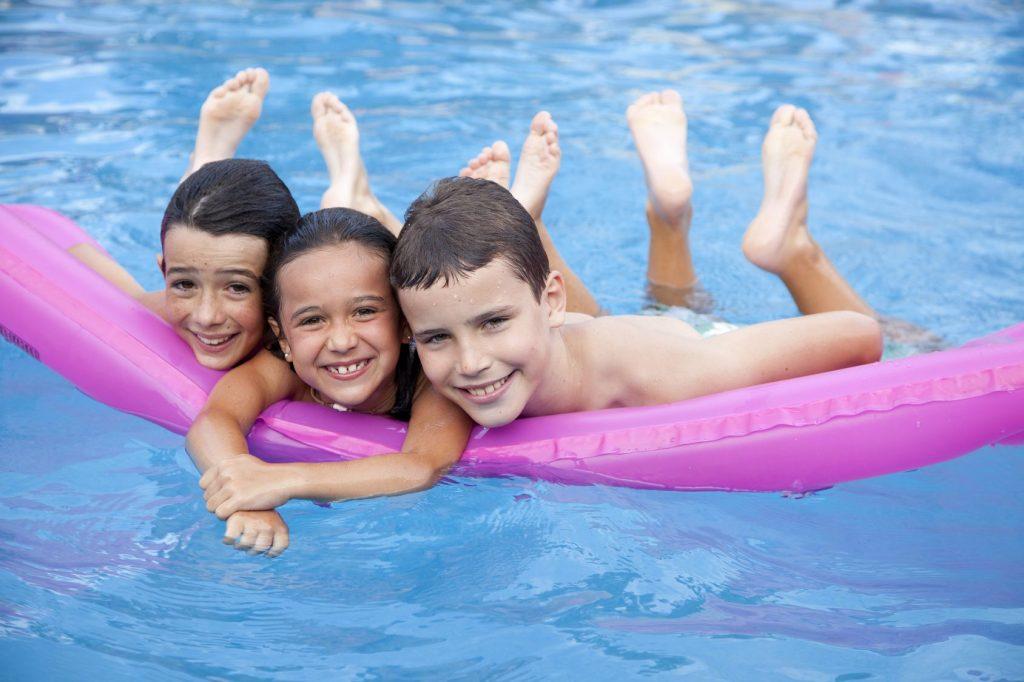 Enfants a la piscine du camping Saint Michel Chef Chef